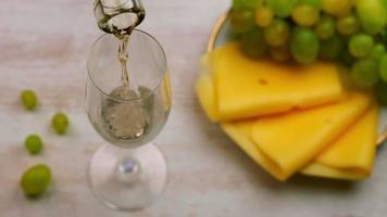 versando il vino bianco in un bicchiere