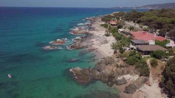 drone sorvolando una costa con grandi onde in 4K