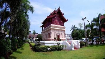 sala para guardar las escrituras en el templo budista wat phra singh en chiang mai, tailandia. (por lente ojo de pez)