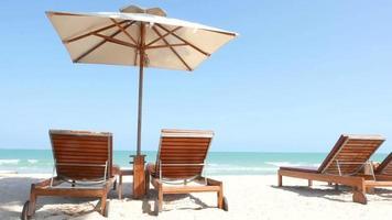 silla y sombrilla bajo el sol