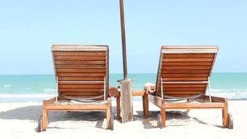sedia sulla spiaggia tropicale