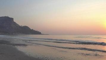 coucher de soleil sur la plage au-dessus de la mer