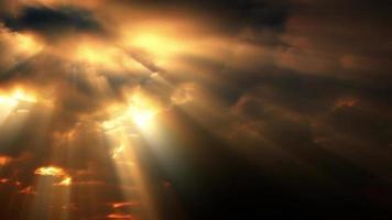 la lumière du soleil dorée traverse les nuages qui se couchent