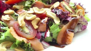 salmón ahumado con ensalada