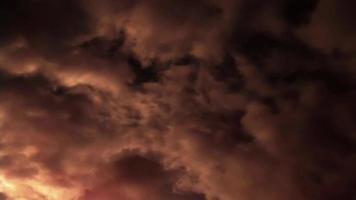 nuvole illuminate dal sole nel cielo