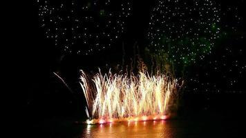 hermoso castillo de fuegos artificiales en la noche