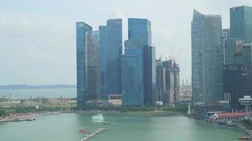 edificio de singapur sobre el mar