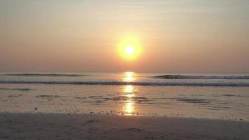 lever de soleil sur la plage video