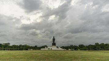 o movimento das nuvens de chuva em phutthamonthon, província de nakhon pathom, tailândia