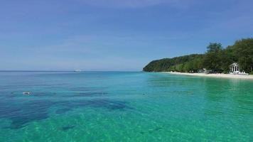 das klare Meer und die Insel