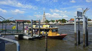 Transport im Chao Phraya Fluss in Bangkok, Thailand
