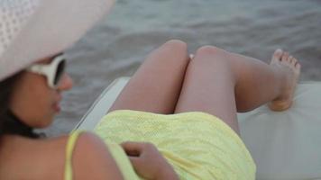 mulher contemplando o mar video