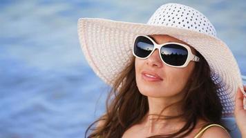 giovane donna a prendere il sole sulla spiaggia