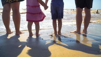 familia joven en la playa