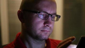 homem trabalhando com um tablet video
