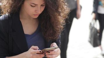 jovem mulher com um smartphone video