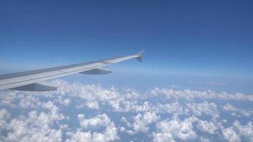 ala di aeroplano con vista cielo nuvoloso