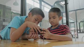 meninos jogando jogos online video
