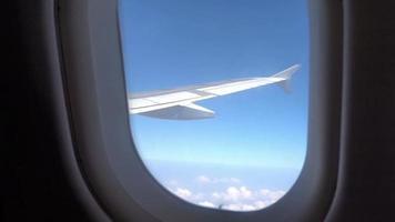 ala di aeroplano con vista dalla finestra