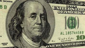 presidente benjamin franklin en un billete de cien dólares