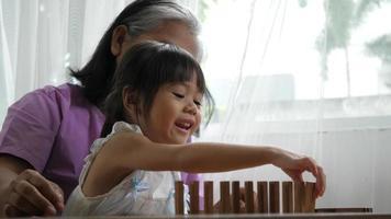 avó e neta brincando com blocos de jenga video