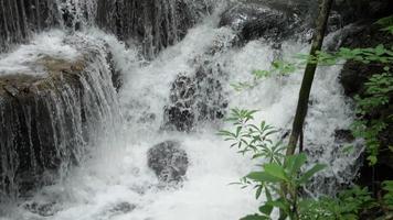 cachoeira com degraus de pedra na tailândia video