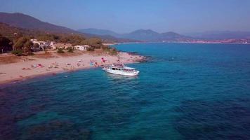 Barco turístico atracando en la playa.