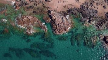 drone survolant une côte rocheuse