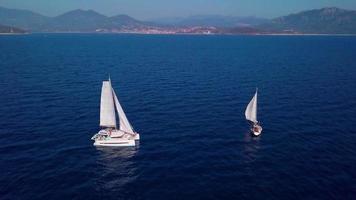 Katamaran und Yacht Luftbild