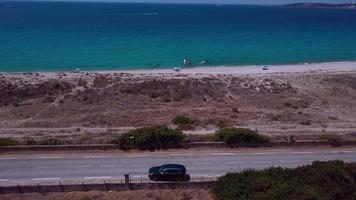 drone segue um carro em 4k video