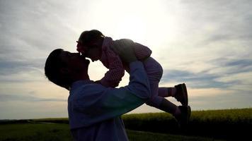 pai levantando sua filha