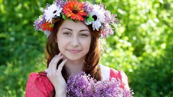 jovem com uma coroa de flores