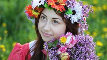 giovane donna con una corona di fiori video