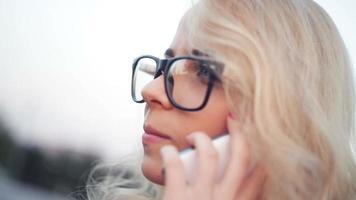 jovem mulher falando ao telefone video