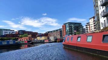 Barcos estrechos en los canales de Birmingham, Reino Unido video