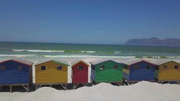cabanas de praia de madeira coloridas na praia de muizenberg