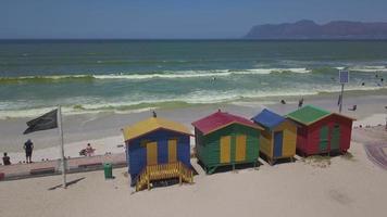 Cabañas de playa de madera de colores en la playa de Muizenberg