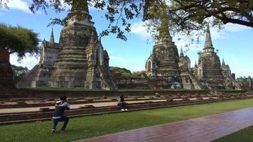 Temple bouddhiste du parc historique d'Ayutthaya en Thaïlande video