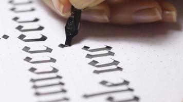 mulher escreve letras caligráficas