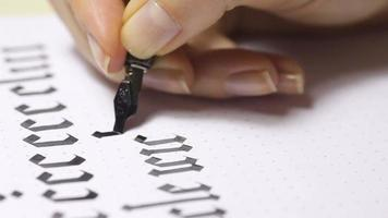 femme écrit des lettres calligraphiques video