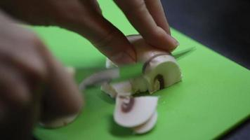 cortando cogumelos na cozinha