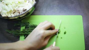 mulher cortando verduras em uma tábua