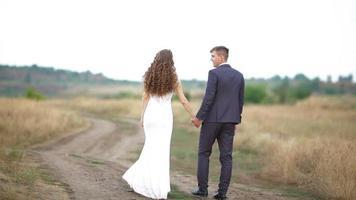 mariés dans un champ video