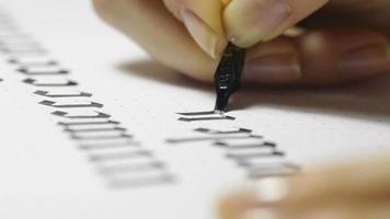 la donna scrive lettere calligrafiche