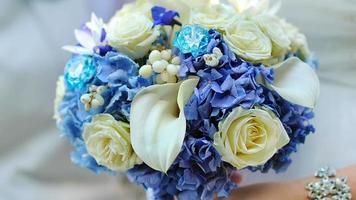 una sposa che tiene un bouquet da sposa video