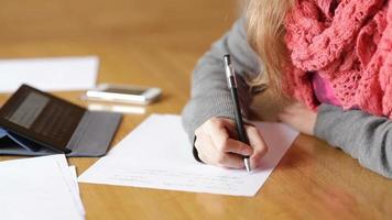 mujer joven, escritura, en, un, hoja de papel