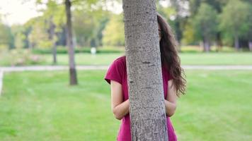 mujer feliz jugando en el parque