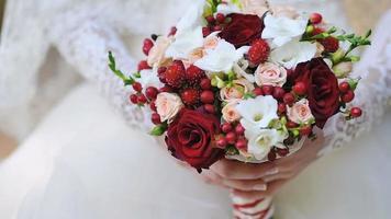 eine Braut, die einen Hochzeitsstrauß hält