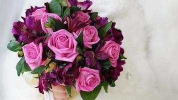 una sposa che tiene un bouquet da sposa