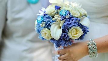 uma noiva segurando um buquê de casamento